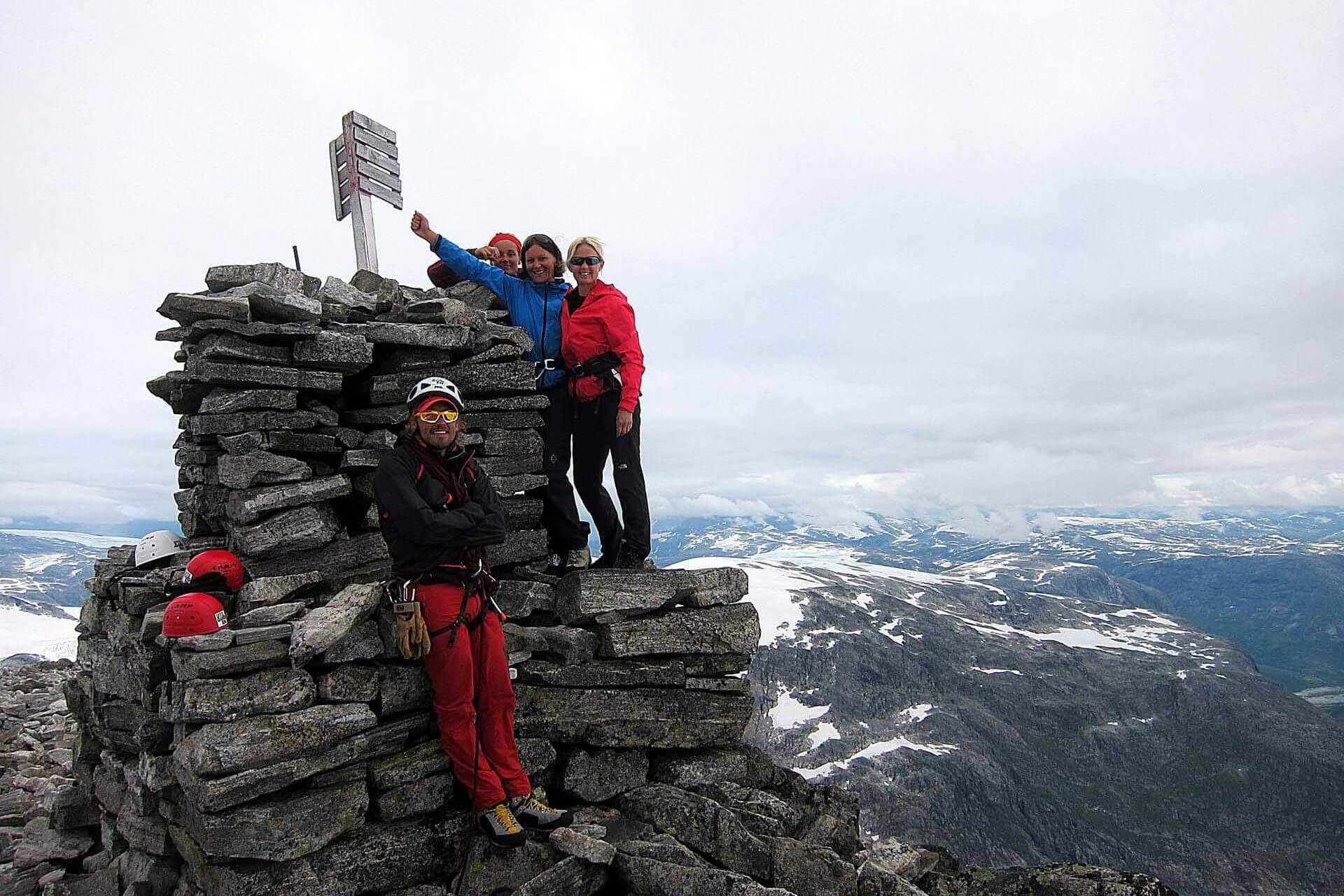 En glad gjeng på toppen av Lodalskåpa